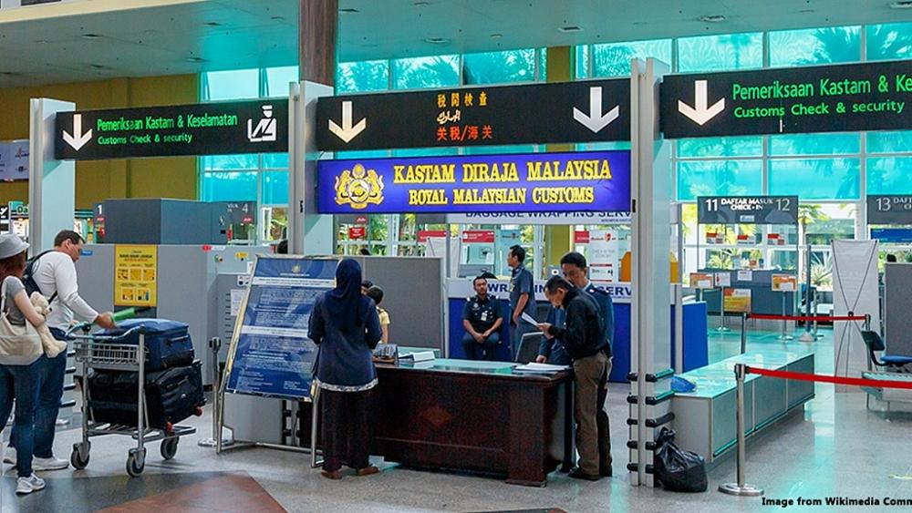 Hoạt động nghiệp vụ của Hải quan Malaysia Ảnh: ST