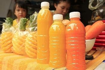Nước ép trái cây giá rẻ: Vừa uống vừa lo
