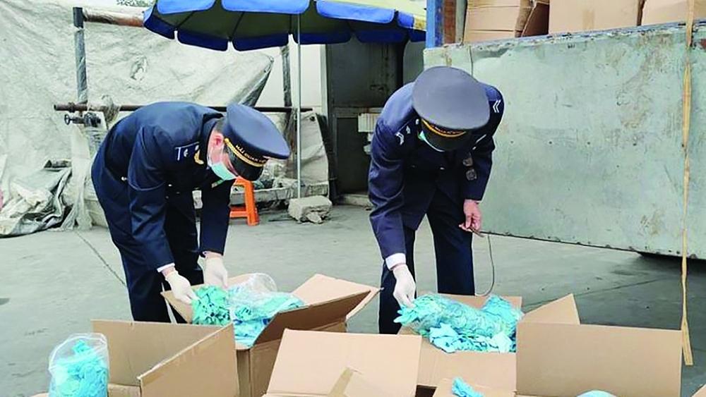 Công chức Hải quan Hữu Nghị (Cục Hải quan Lạng Sơn) kiểm tra lô hàng găng tay đã qua sử dụng của Công ty TNHH Ngọc Diệp. Ảnh: Thành Nguyễn