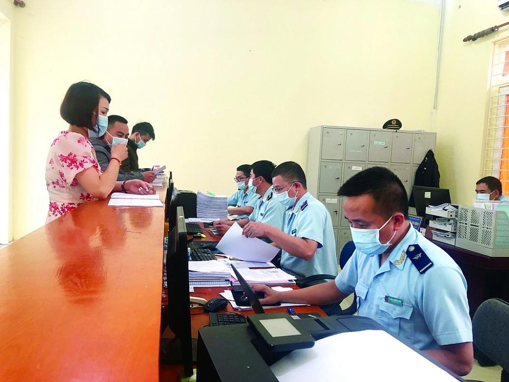 Hoạt động nghiệp vụ tại Chi cục Hải quan cửa khẩu cảng Vũng Áng. Ảnh: H.Nụ