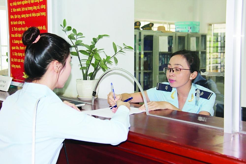 Công chức Chi cục Hải quan Chơn Thành- Bình Phước dẫn thủ tục cho DN Ảnh: Đăng Nguyên
