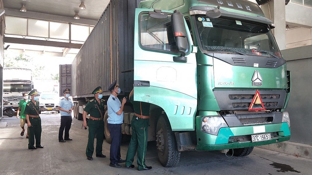 Hải quan Cầu Treo phối hợp với các lực lượng chức năng kiểm soát chặt các phương tiện chở hàng hóa qua địa bàn nhằm phát hiện các gian lận có thể xảy ra. Ảnh: Thế Mạnh