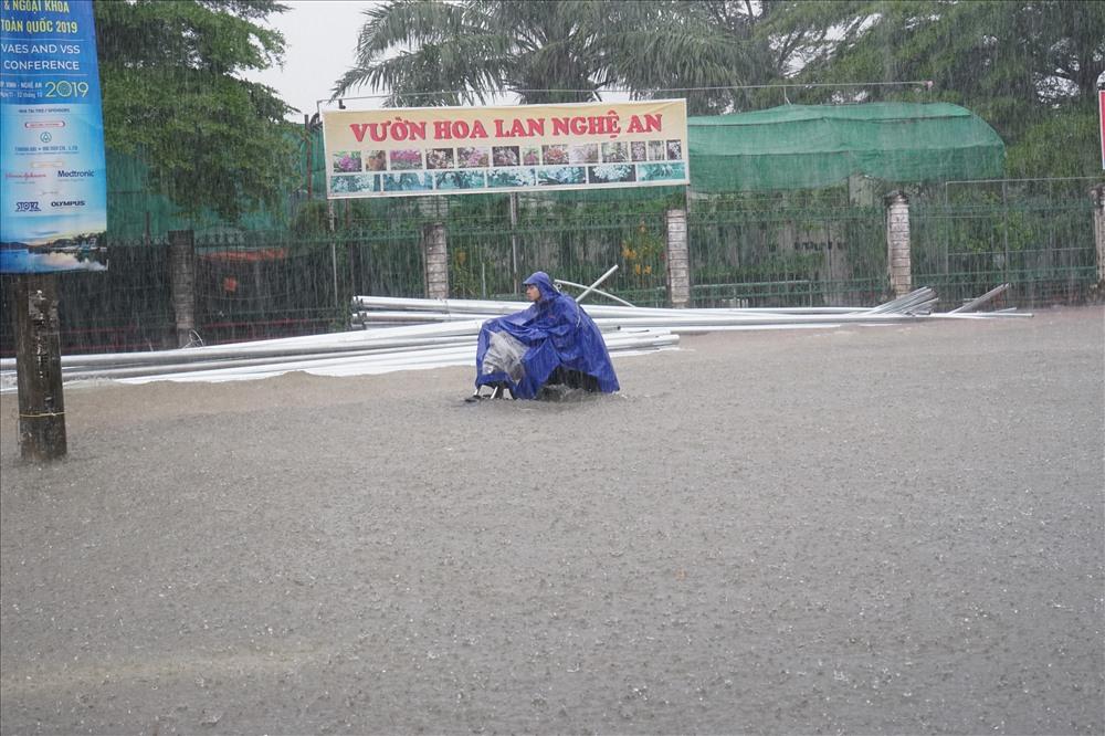 Mưa dữ dội làm giao thông thành phố Vinh (Nghệ An) tê liệt vào sáng 16.10. Ảnh: QĐ