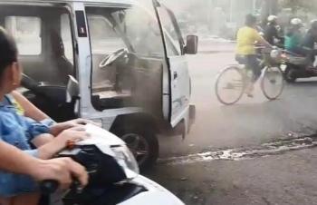 Bình Dương: Xe đưa đón học sinh bất ngờ bốc khói mù mịt