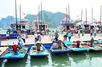 Hấp dẫn dịch vụ chèo thuyền nan trên Vịnh Hạ Long