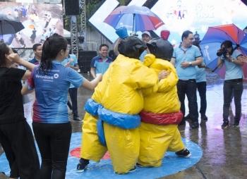 """Hàng nghìn cán bộ VietinBank """"đội mưa"""" nhảy Flashmob"""