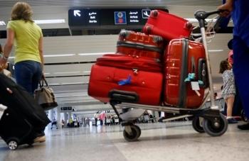 """3 kg cocaine """"bỏ quên"""" trong nhà vệ sinh sân bay"""