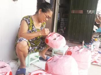 """Một gia đình """"đeo đuổi"""" với nghiệp làm mặt nạ giấy bồi ở Hà Nội"""