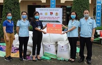 Hải quan Lào Cai tặng 3 tấn gạo cho người dân có hoàn cảnh khó khăn