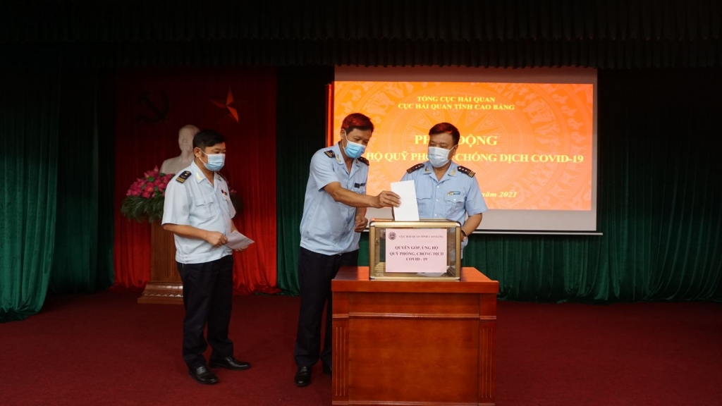 Lãnh đạo Cục Hải quan Cao Bằng tham gia ủng hộ.