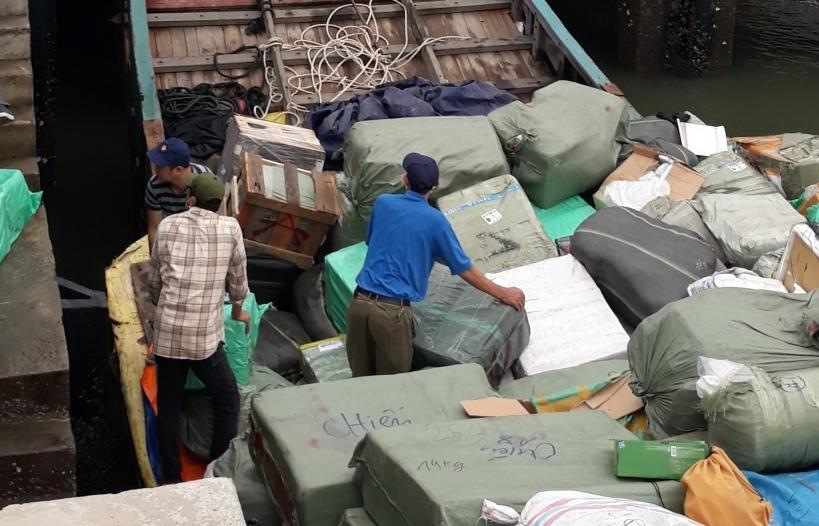 Thu giữ gần 100.000 đơn vị sản phẩm trong vụ 2 tàu gỗ chở hàng lậu