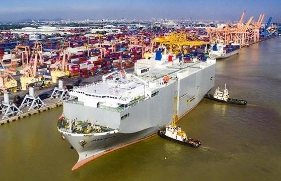 Tàu chuyên dụng chở 900 ô tô cập cảng Tân Vũ, Hải Phòng