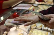 Giá vàng tiếp tục nhích nhẹ, USD giảm mạnh