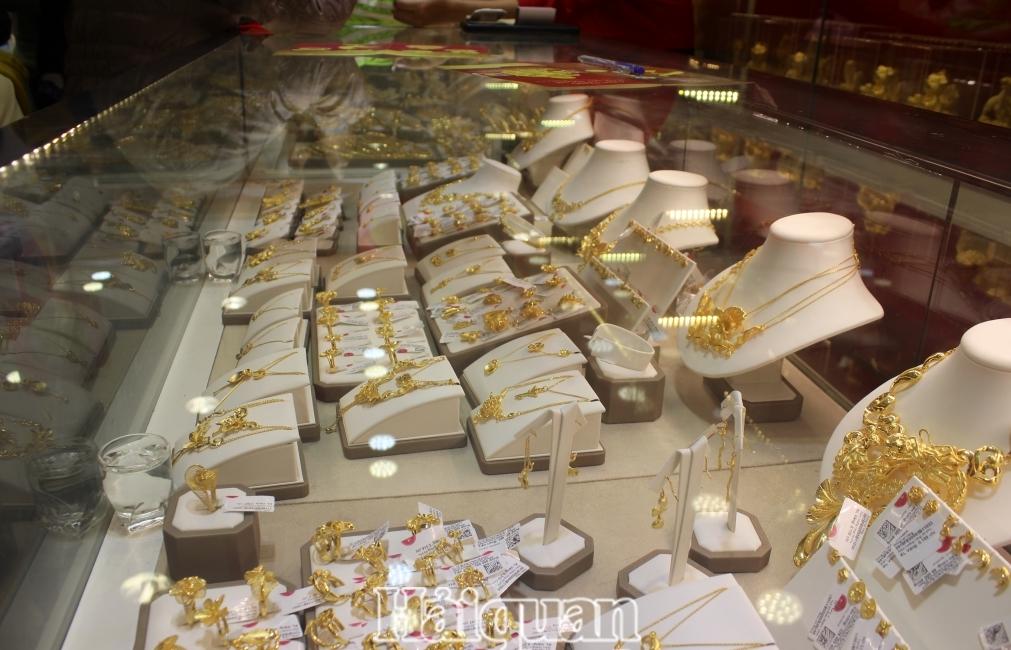 Giá vàng rơi nhanh, mất mốc 57 triệu đồng/lượng