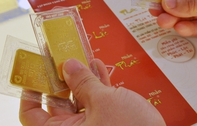 Giá vàng trong nước cũng biến động theo đà giảm mạnh của thế giới