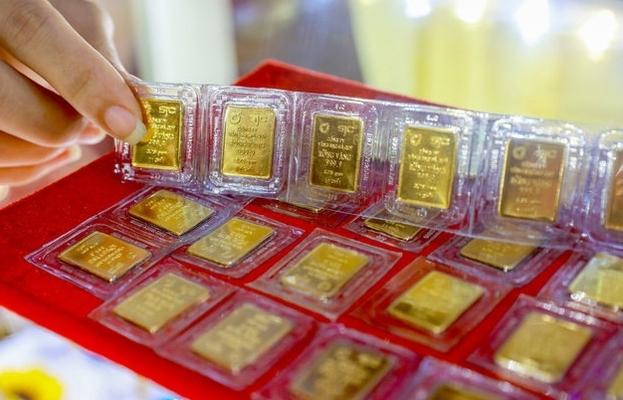 Vàng có xu hướng đi lên, USD vững giá