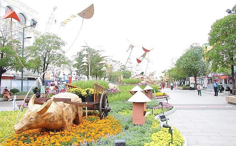 Đường hoa Nguyễn Huệ 2021 vắng khách tham quan do ảnh hưởng dịch Covid-19.