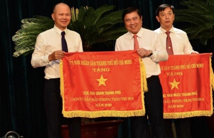 Cục Hải quan TPHCM nhận Cờ thi đua xuất sắc của TPHCM