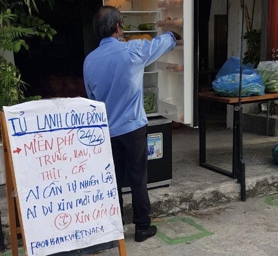 """""""Tủ lạnh cộng đồng"""" chia sẻ thực phẩm cho người dân trong mùa dịch"""