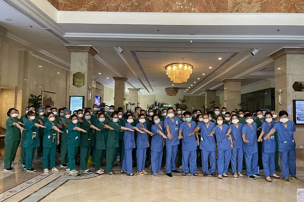 Đoàn y, bác sĩ thể hiện quyết tâm chung tay cùng TPHCM chống dịch Covid-19.