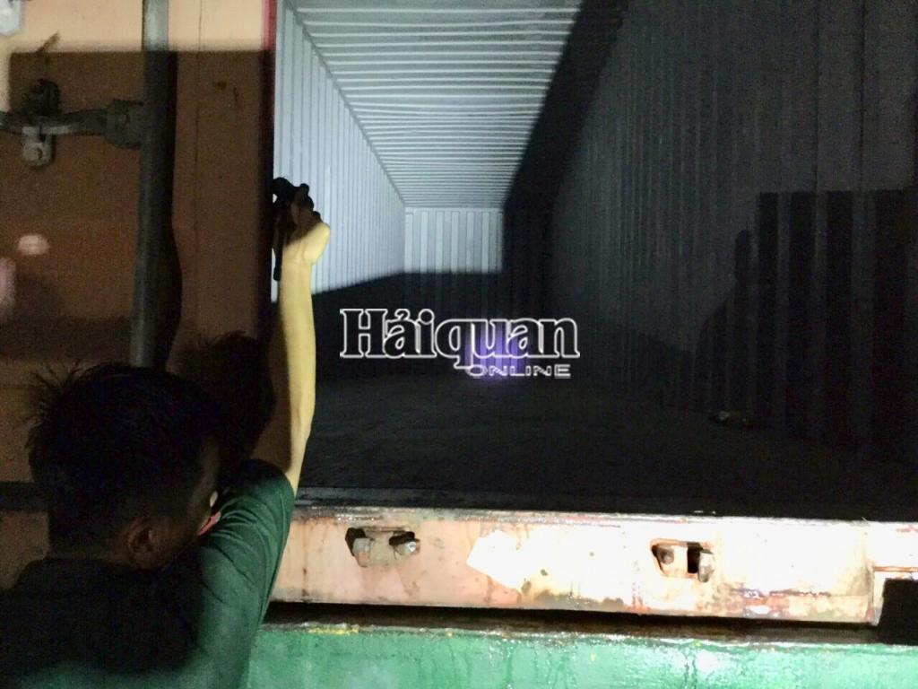"""Hải quan Tây Ninh: Bắt giữ container hàng quá cảnh trị giá gần 36.000 USD bị """"rút ruột"""""""