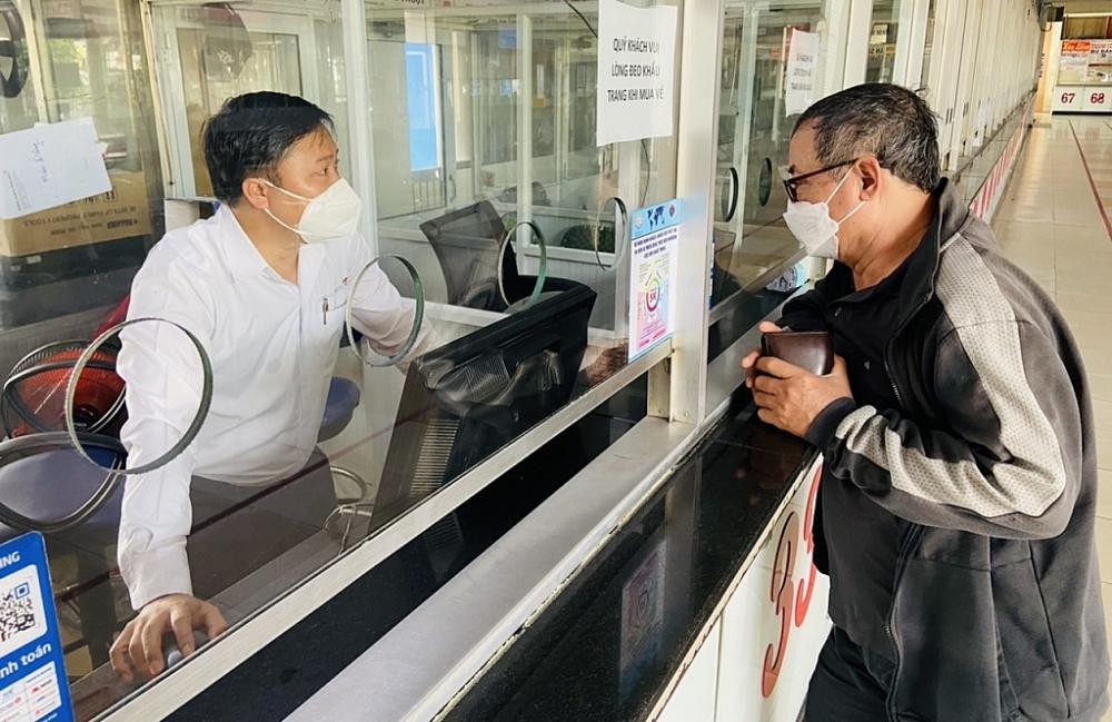 Người dân đến Bến xe Miền Đông tìm hiểu về thông tin lịch trình xe chạy về các tỉnh trong ngày 13/10. Ảnh T.D