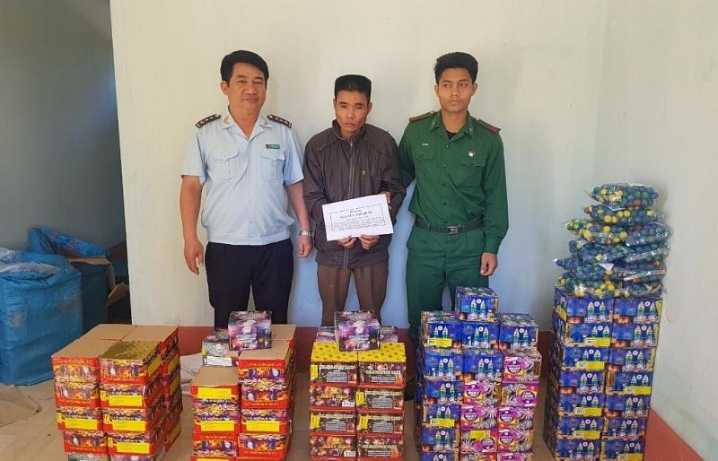 Bắt giữ một đối tượng đang gùi pháo lậu từ Lào về Việt Nam