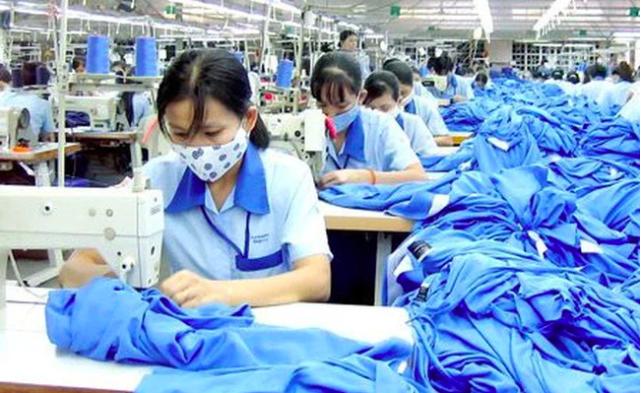 Nguy cơ dịch bệnh vẫn luôn rình rập các nhà máy dệt may.  Ảnh: ST