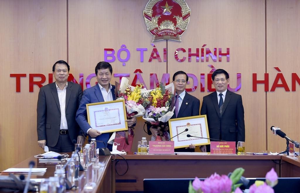 Bộ trưởng Bộ Tài chính trao tặng bằng khen cho Tập đoàn FPT và Tập đoàn SOVICO