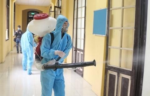 Các trường học Hà Nội phun thuốc khử khuẩn để đón học sinh trở lại