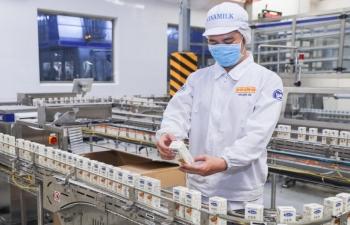 10 container sữa cao cấp xuất khẩu trong những ngày đầu năm mới