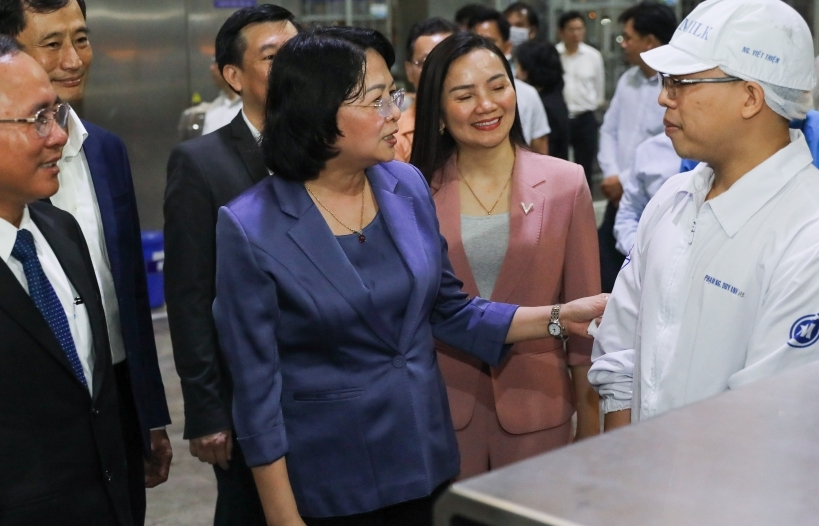 Phó Chủ tịch nước động viên công nhân nhà máy sữa trong những ngày trước Tết