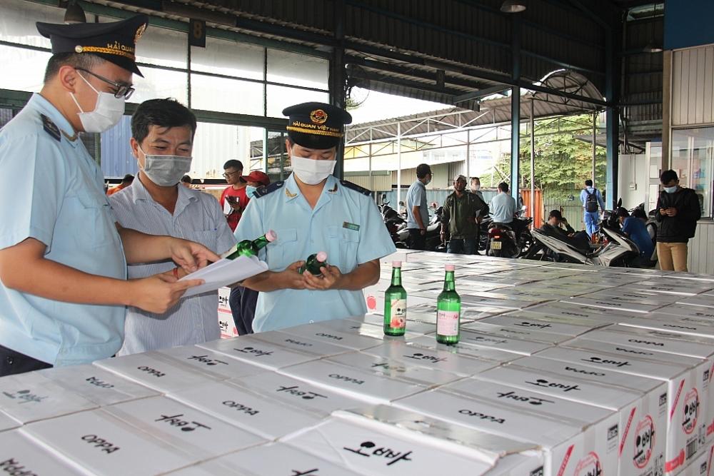 Hải quan TPHCM kiểm tra hàng hóa NK. Ảnh: T.H