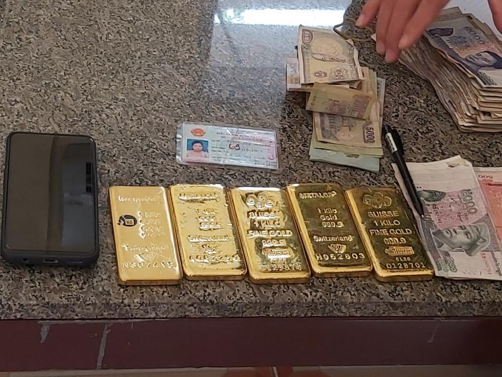 Hải quan An Giang: Bắt một phụ nữ vận chuyển 5 kg kim loại nghi là vàng