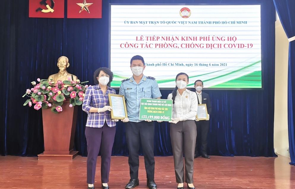 Đoàn Thanh niên Cục Hải quan TPHCM trao trên 133 triệu đồng ủng hộ Quỹ vắc xin