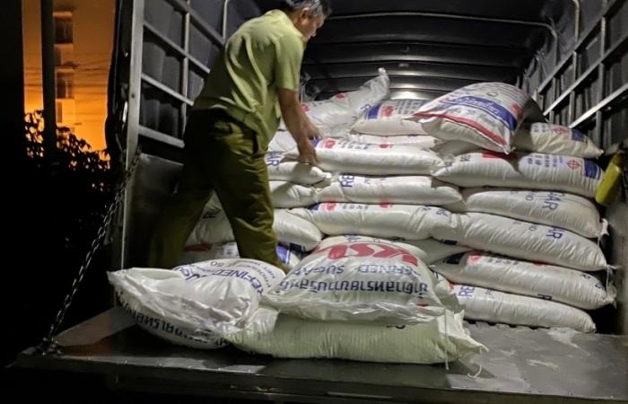 Khám xe tải lòi ra 4 tấn đường lậu