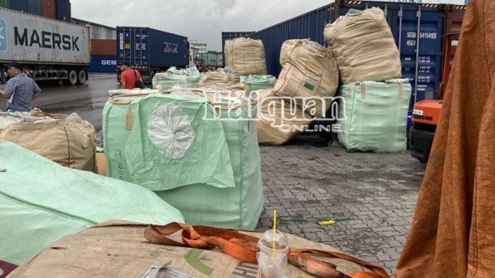 Hải quan TPHCM phát hiện lô hàng hiệu giấu trong container nhựa nhập khẩu