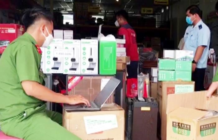 Tạm giữ hàng chục mặt hàng điện tử không chứng từ tại một doanh nghiệp