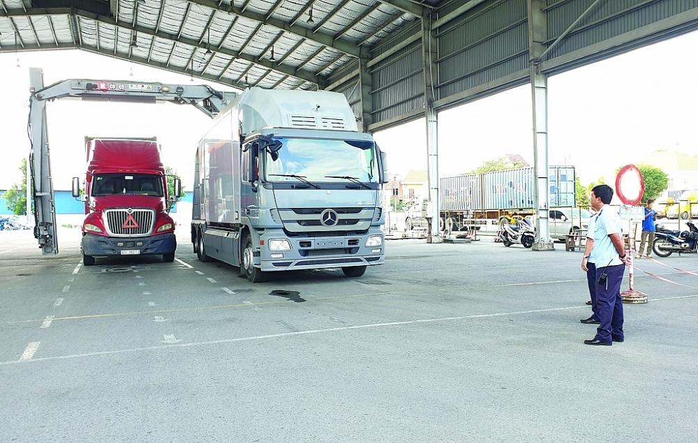 Kiểm tra hàng hóa XNK qua hệ thống máy soi container tại Cục Hải quan Bình Dương.  Ảnh: Đ. Nguyên
