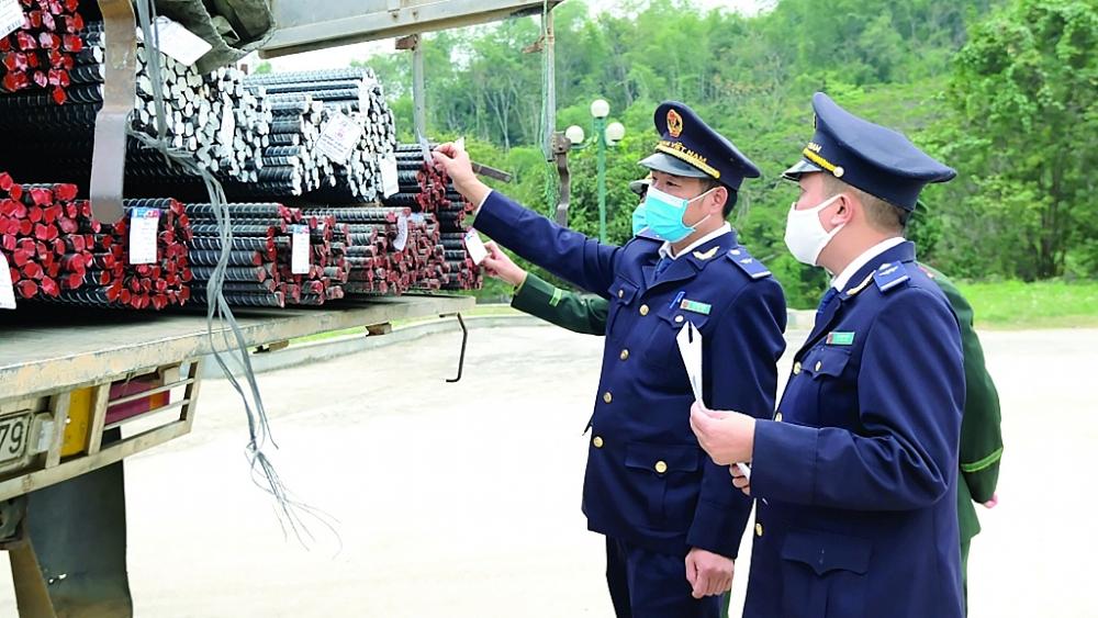 Công chức Chi Cục Hải Quan Cửa Khẩu Quốc Tế Na Mèo (Cục Hải quan Thanh Hóa) kiểm tra hàng hóa XNK.  Ảnh: N.Linh