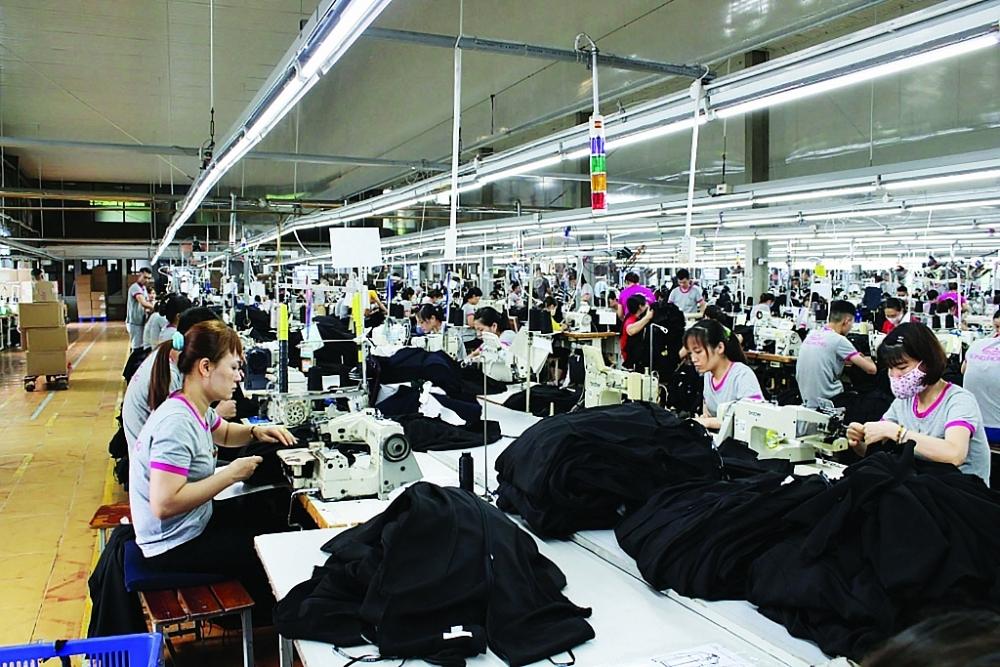 Hoạt động sản xuất tại Công ty CP may Sông Hồng. Ảnh: H. Nụ