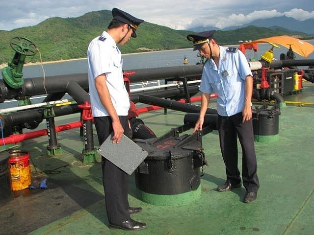 Công chức Hải quan giám sát xăng dầu nhập khẩu. Ảnh: M.Hùng