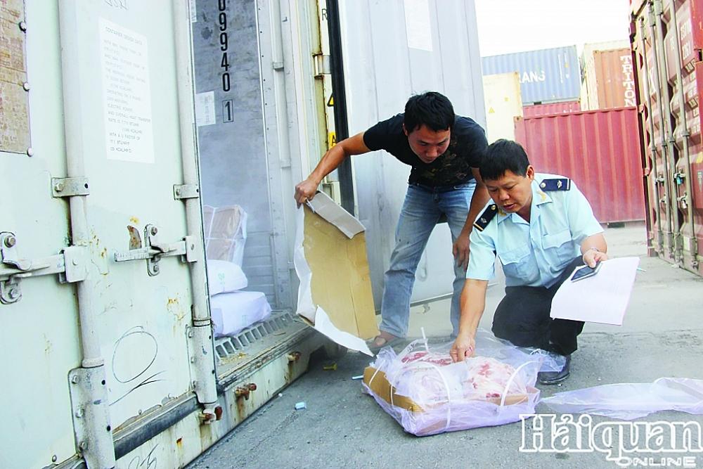 Công chức Hải quan Hải Phòng kiểm tra thực phẩm đông lạnh nhập khẩu (ảnh tư liệu thời điểm chưa xảy ra dịch Covid-19). Ảnh: T.Bình