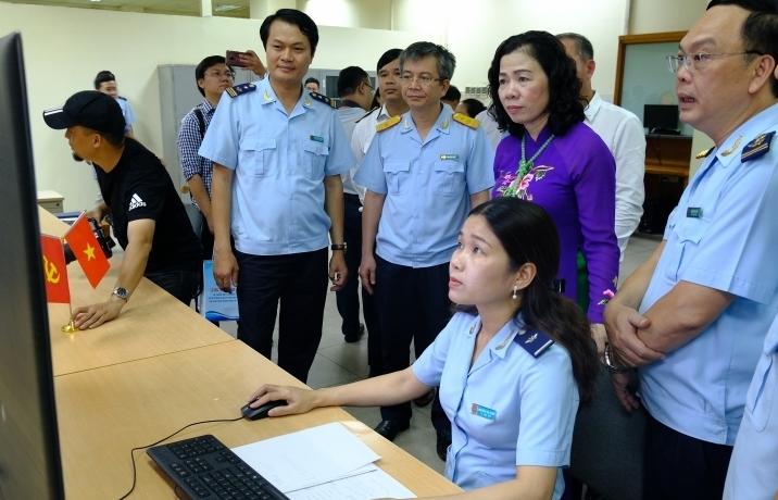 Quản lý, giám sát hàng hóa tự động tại sân bay Nội Bài:  Giảm 21% công chức vị trí giám sát