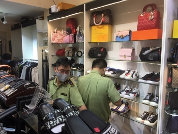 TPHCM: Tạm giữ hàng trăm sản phẩm thời trang nghi là hàng giả