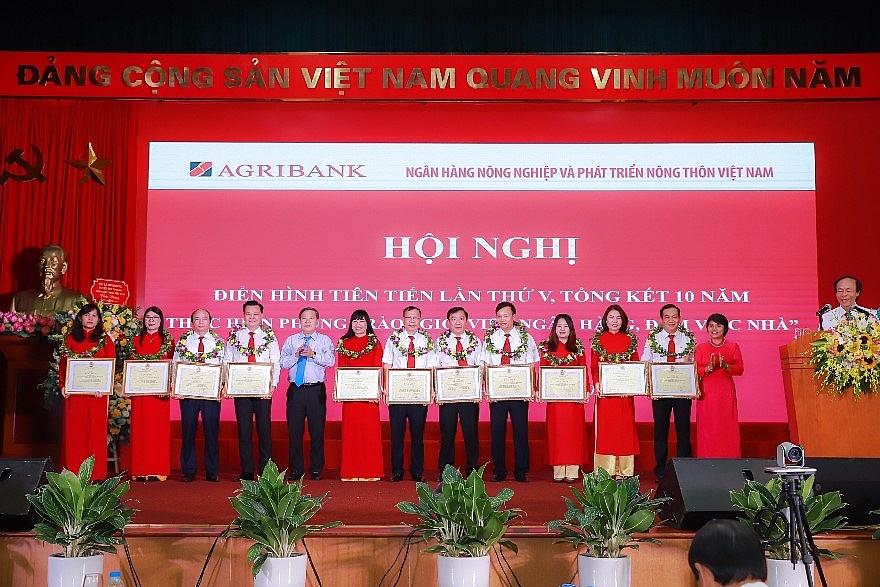 Nhiều cán bộ nữ Agribank đạt thành tích xuất sắc trong lao động, công tác.