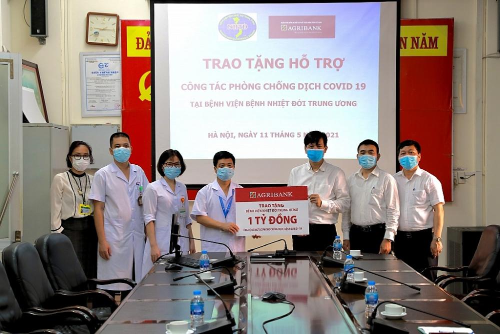 Agribank hỗ trợ Bệnh viện bệnh nhiệt đới Trung ương trong phòng chống dịch Covid-19.