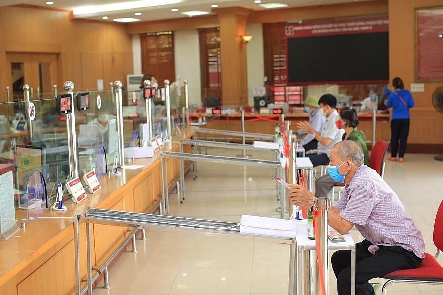 Agribank Bắc Ninh II triển khai băng chuyền chuyển chứng từ giữ khoảng cách giao dịch giữa khách hàng và giao dịch viên