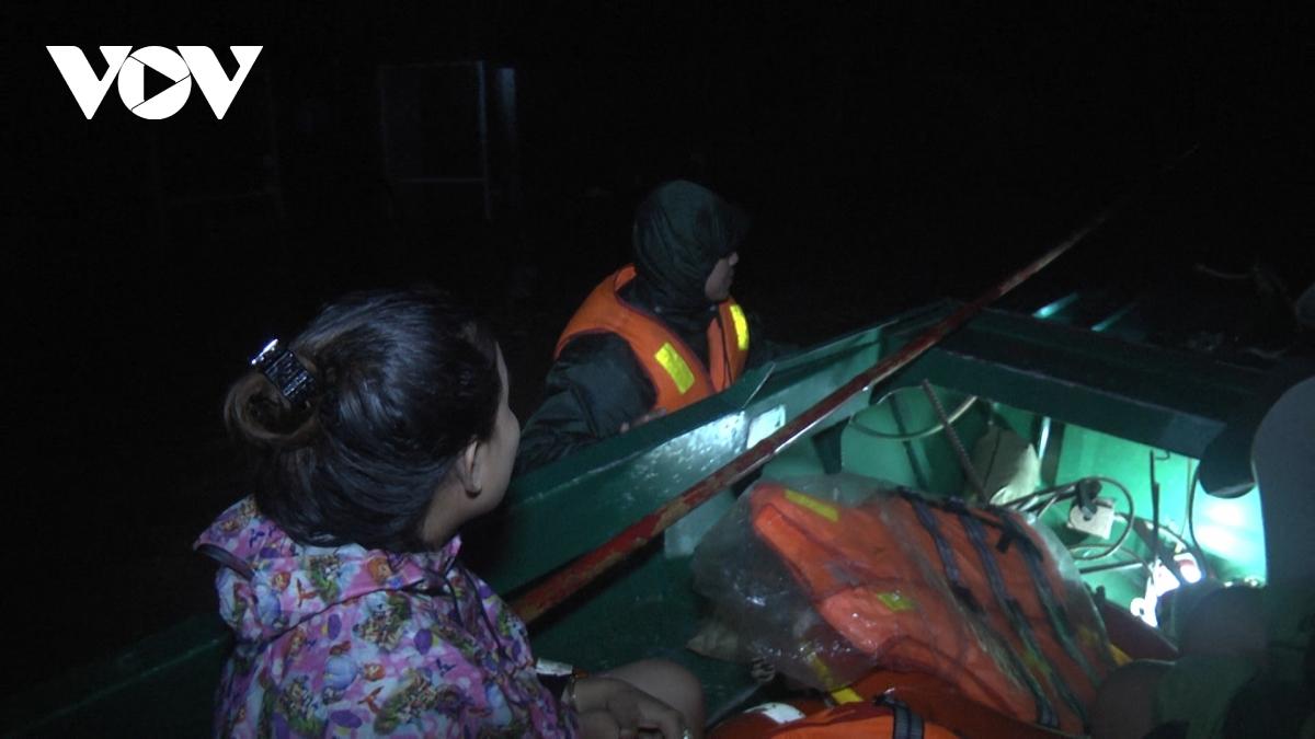Lũ ở Phú Yên lên nhanh chia cắt nhiều vùng trong đêm
