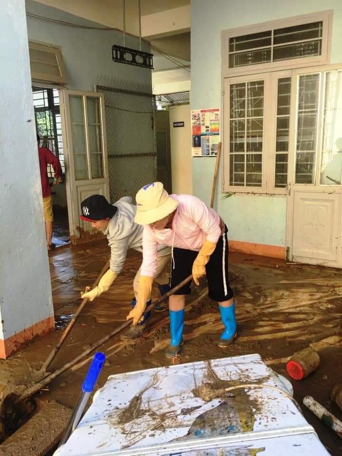 Thầy cô Trà Leng cạo núi bùn, dọn trường sau mưa lũ